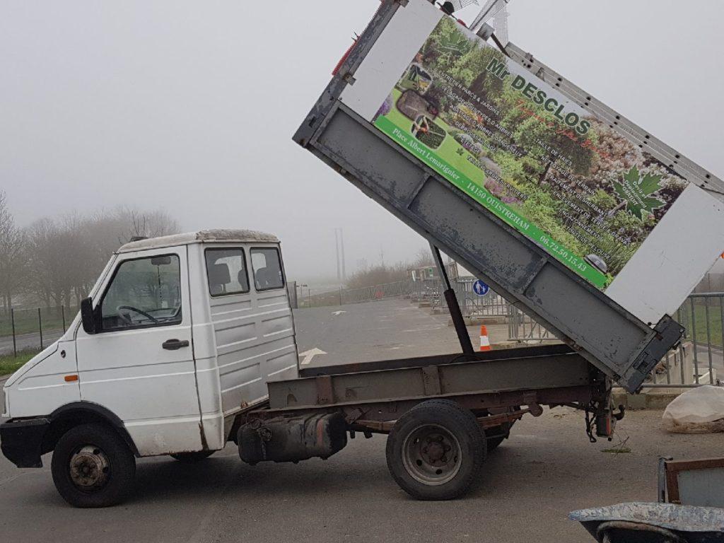 Le camion du paysagiste JM Desclos à Ouistreham pour évacuer les végétaux